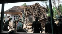 Anggota Yonif 320 Badak Putih Prajurit Jawara Kodam III Siliwangi membantu membersihkan reruntuhan bangunan usai gempa di Mandalawangi, Pandeglang, Banten, Sabtu (3/8/2019). Gempa Banten berkekuatan 6,9 magnitudo mengakibatkan lebih dari 200 rumah mengalami kerusakan. (merdeka.com/Arie Basuki)