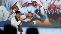 Cawapres nomor urut 01 Ma'ruf Amin menyampaikan pendapatnya saat segmen kedua debat cawapres 2019 di Hotel Sultan, Jakarta, Minggu (17/3). Debat itu mengangkat tema pendidikan, kesehatan, ketenagakerjaan, sosial dan budaya. (Liputan6.com/Johan Tallo)