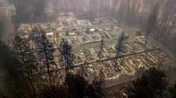 Pemandangan usai kebakaran melanda Kota Paradise, California, AS, Kamis (15/11). Sebagian besar rumah telah hilang, begitu juga ratusan toko dan bangunan lainnya. (AP Photo/Noah Berger)