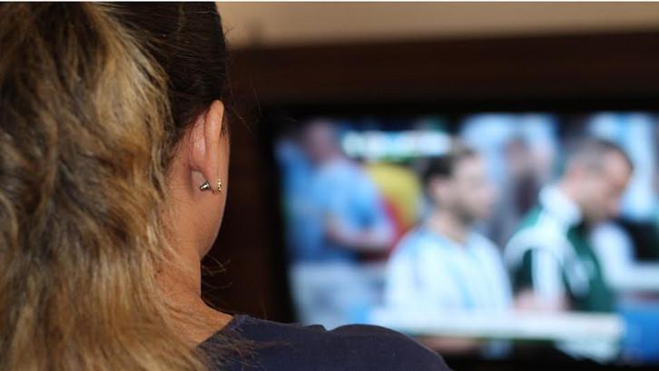 Boleh saja sering menonton televisi di rumah. Namun, Anda harus mengetahui aturannya agar tidak berdampak negatif.