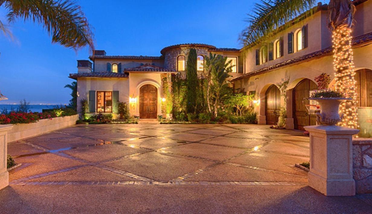 Gigi Hadid tengah menanjak namanya seiring penampilannya di The Real Housewives of Beverly Hills. Aktris berusia 20 tahun ini tak asing lagi dengan kemewahan. Tilik saja rumah masa kecilnya yang wah!(architecturaldigest.com)