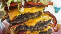 Giant burger adalah salah satu makanan yang kini tengah digilai oleh masyarakat di seluruh dunia. Apa kamu sanggup menghabiskannya sendiri? (Foto: whatstaeat.files.wordpress.com)