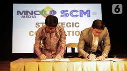 CEO PT Surya Citra Media Tbk Sutanto Hartono (kiri) dan Direktur Utama PT Media Nusantara Citra Tbk David Fernando Audy saat  menandatangani MoU kerja sama di Jakarta, Kamis (12/12/2019). SCM dan MNC menjalin kerja sama untuk meningkatkan sektor bisnis. (Liputan6.com/Faizal Fanani)