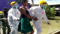 Petugas berpakaian APD lengkap menjemput paksa seorang pasien isolasi di Kota Tarakan.
