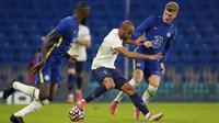 Pemain Tottenham Lucas Moura (tengah) berebut bola dengan pemain Chelsea Timo Werner (kanan) dan Antonio Rudiger pada pertandingan persahabatan di Stadion Stamford Bridge, London, Inggris, Rabu (4/8/2021). Pertandingan berakhir imbang 2-2. (AP Photo/Matt Dunham)