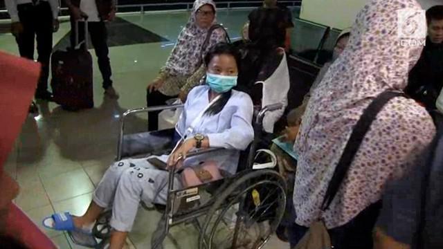 Keluarga korban ambruknya balkon BEI menyambut kepulangan anak-anaknya dari Jakarta