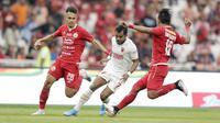 Penyerang PSM Makassar, Zulham Zamrun, berusaha melewati pemain Persija Jakarta pada laga Liga 1 2019 di SUGBK, Jakarta, Rabu (28/8). Kedua tim bermain imbang 0-0. (Bola.com/M Iqbal Ichsan)