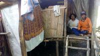 Pasutri lansia asal Cirebon lebih dari lima tahun tinggal di gubug tak layak huni (Liputan6.com / Panji Prayitno)