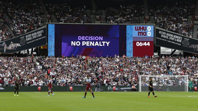 VAR memutuskan kalau West Ham United tidak mendapatkan penalti pada laga melawan Manchester City pada laga Premier League pekan pertama. (AFP/Ian Kington)