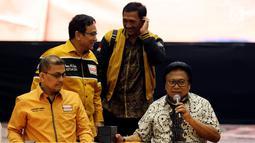 Ketua Umum Partai Hanura Oesman Sapta Odang (kanan) saat memimpin rapat koordinasi bersama Ketua DPD Partai Hanura se-Indonesia di Jakarta, Rabu (6/6). Rapat membahas komunikasi dan koordinasi DPD Partai Hanura se-Indonesia. (Liputan6.com/JohanTallo)