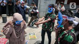 Massa Aliansi Mahasiswa Islam berunjuk rasa di depan Kantor Kedutaan Besar Republik Rakyat China, Jakarta, Kamis (25/3/2021). Massa menuntut pemerintah China lewat kedutaan besarnya di Indonesia segera menghentikan penyiksaan, penyanderaan, dan pemerkosaan muslim Uighur. (Liputan6.com/Faizal Fanani)