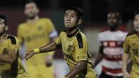 Bek Bhayangkara FC, Putu Gede, saat melawan Madura United pada laga Liga 1 di Stadion PTIK, Jakarta, Kamis, (07/6/2018). Bhayangkara FC menang 1-0 atas Madura United. (Bola.com/M Iqbal Ichsan)