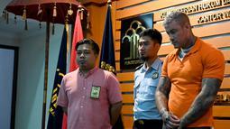 Terrence Murrel dihadirkan saat konferensi pers di kantor Imigrasi di Jimbaran, Bali (30/7/2019). Model Inggris ini ditangkap pihak Imigrasi karena tinggal selama 151 hari dan dia diduga menggunakan narkotika. (AFP Photo/Sonny Tumbelaka)