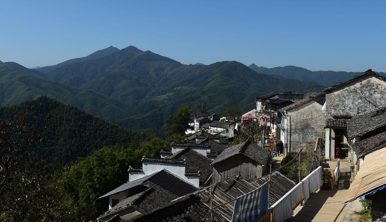 Foto dari udara yang diabadikan pada 4 November 2020 ini menunjukkan pemandangan Desa Mulihong di wilayah Xiuning, Provinsi Anhui, China timur. Desa Mulihong dibangun lebih dari 400 tahun yang lalu pada akhir Dinasti Ming. (Xinhua/Huang Bohan)