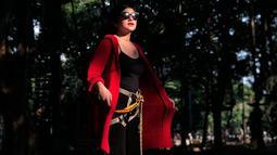 Penampilan Bianca Liza sering terlihat sederhana namun tetap menonjolkan sisi menawan dari presenter satu ini. Penampilan bianca yang mengenakan celana dan atasan berwarna hitam ini ia padukan dengan outer merah dan kacamata hitam. (Liputan6.com/IG/@bibiancaliza)
