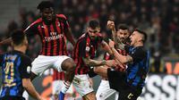 Duel seru antara pemain Inter Milan dan AC Milan pada laga lanjutan Serie A yang berlangsung di Stadion San Siro, Milan, Senin (18/3). Inter Milan menang 3-2 atas AC Milan. (AFP/Miguel Medina)