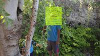 Warga Desa Batu Hijau, Kecamatan Bone Pantai, Bone Bolango, Gorontalo, dibuat gempar dengan penemuan jasad pria berinisial IS (35) tergantung di pohon. (Liputan6.com/ Arfandi Ibrahim)
