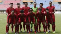 Para pemain Timnas Indonesia U-22 foto bersama sebelum melawan Bhayangkara FC pada laga uji coba di Stadion Patriot, Bekasi, Rabu (6/2). Keduanya bermain imbang 2-2. (Bola.com/Yoppy Renato)