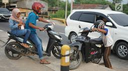 Pengendara motor berusaha memutar balik dengan menerobos separator di Jalan Raya Pantura, Palimanan, Cirebon, Jawa Barat, Jumat (7/6/2019). Ditutupnya sejumlah jalur putar balik menyebabkan warga nekat menerobos separator untuk memersingkat waktu tempuh. (Liputan6.com/Immanuel Antonius)