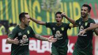 Gelandang Persebaya Surabaya, Damian Lizio, merayakan gol yang dicetaknya ke gawang Arema FC pada laga final Piala Presiden 2019 di Stadion Gelora Bung Tomo, Surabaya, Selasa (9/4). Kedua tim bermain imbang 2-2. (Bola.com/Yoppy Renato)