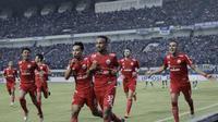 Pemain Persija Jakarta merayakan gol yang dicetak oleh Rohit Chand ke gawang Persib Bandung pada laga Liga 1 di Stadion GBLA, Jawa Barat, Minggu (23/9/2018). Persib menang 3-2 atas Persija. (Bola.com/M Iqbal Ichsan)