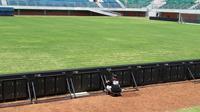 Stadion Maguwoharjo dipercantik jelang laga ekshibisi Indonesia Selection vs Timnas Islandia. (Bola.com/Ronald Seger Prabowo)