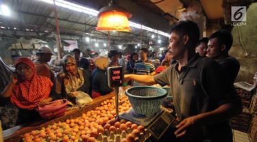 Pedagang telur melayani pembeli di Pasar Kebayoran Lama, Jakarta, Senin (1/10). Badan Pusat Statistik (BPS) mencatat pada bulan September 2018 terjadi deflasi sebesar 0,18 persen. (Liputan6.com/Johan Tallo)