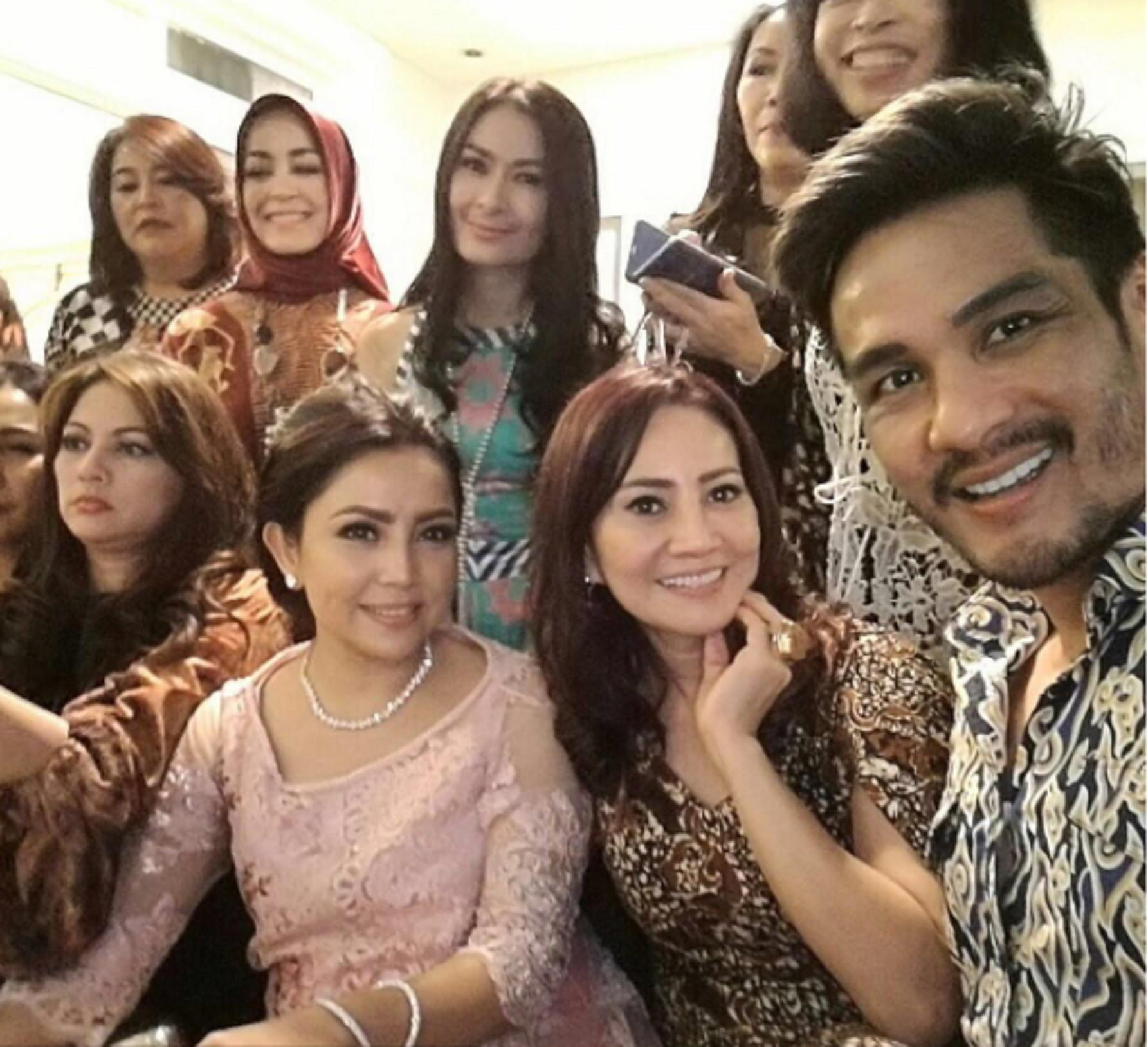 Mayangsari berkumpul bersama teman-temannya saat merayakan ultah pernikahannya yang ke-17 bersama Bambang Trihatmodjo. (Instagram @isdadahlia)