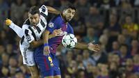 Bek Juventus, Andrea Barzagli, berebut bola dengan striker Barcelona, Luis Suarez, pada laga Liga Champions di Stadion Camp Nou, Katalonia, Selasa (12/9/2012). Barcelona menang 3-0 atas Juventus. (AFP/Lluis Gene)
