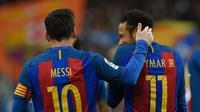 Lionel Messi dan Neymar merayakan gol Barcelona ke gawang Athletic Bilbao pada laga La Liga di Stadion Camp Nou, Barcelona, Sabtu (4/2/2017). (AFP/Lluis Gene)