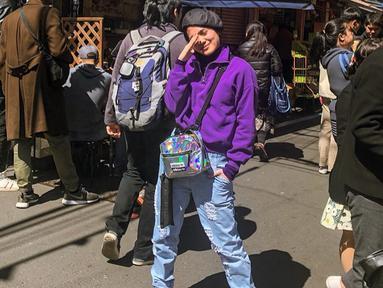 Ia juga sempat berfoto ditengah-tengah keramaian kota. Gaya Santai Sheryl sendiri terlihat sangat santai dengan menggunakan sneakers, sling bag dan juga sebuah topi. (Liputan6.com/IG/@sherylsheinafia)