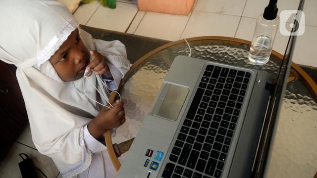 Semangat Murid SD Belajar Online di Hari Pertama Ajaran Baru