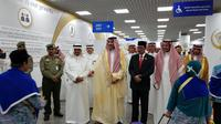 Pangeran Faisal Bin Salman Bin Abdul Aziz menyambut jemaah haji Indonesia di Bandara di Madinah. Dok KBRI