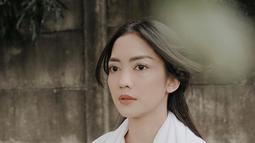 Unggah foto dengan busana simpel yakni kemeja serta selendang putih, gaya aktris dan model ini dipuji penggemar. Terlebih lagi ia tampil dengan makeup yang natural dan tak berlebihan. (Liputan6.com/IG/@ririndwiariyanti)