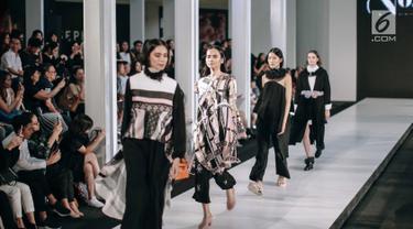 Para model cantik mengenakan busana rancangan Rinda Salmun bertajuk 'No.2' dalam Fashion Nation 2018 di Senayan City, Jakarta, Rabu (18/4). (Liputan6.com/Faizal Fanani)