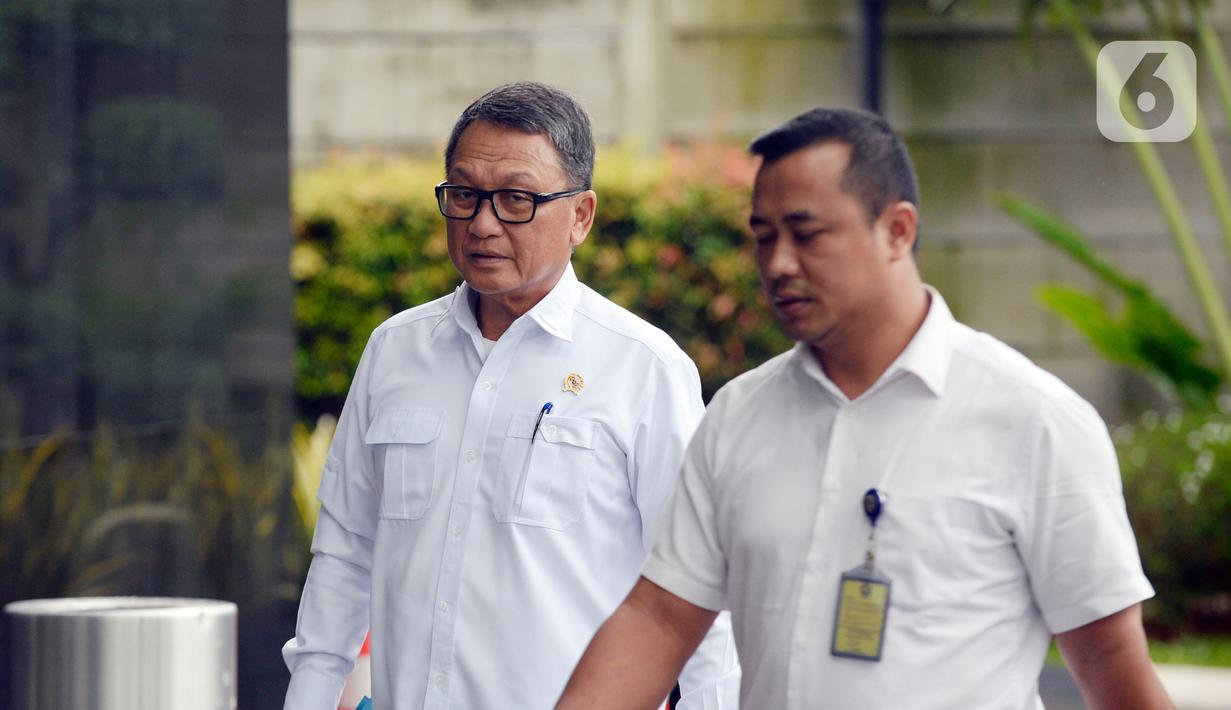 Menteri ESDM Arifin Tasrif (kiri) saat tiba di Gedung KPK, Jakarta, Kamis (5/3/2020). Arifin Tasrif akan menggelar rapat koordinasi dengan Pimpinan KPK membahas pengelolaan sampah menjadi tenaga listrik untuk menghindari praktik tindak pidana korupsi. (merdeka.com/Dwi Narwoko)
