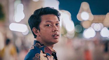 Bayu Eko Moektito atau akrab disapa Bayu Skak, komedian yang mengawali kariernya menjadi YouTuber. Bayu memang terkenal sebagai sosok yang selalu mengedepankan budaya Jawa Timur. Kebanggaannya terhadap budaya, bahkan membuat Bayu kerap memakai batik di berbagai kesempatan (Liputan6.com/IG/@moektito)