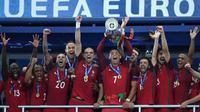 Cristiano Ronaldo bersama Timnas Portugal menjuarai Piala Eropa 2016 setelah mengalahkan Prancis, 1-0. (AFP)