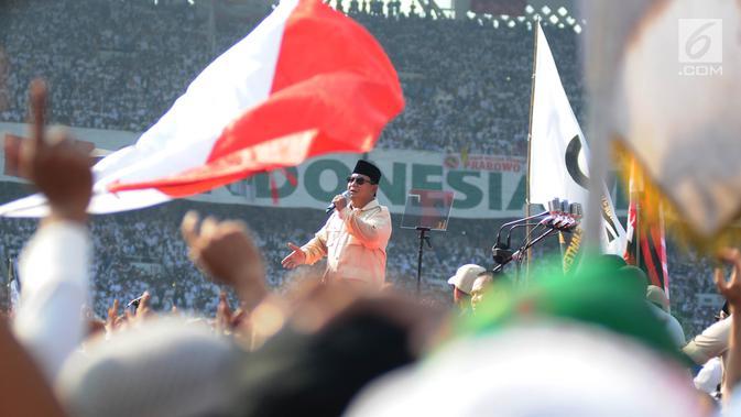 Calon Presiden nomor urut 02 Prabowo Subianto menyampaikan orasi politiknya dalam kampanye akbar Prabowo-Sandi di Stadion Utama Gelora Bung Karno (SUGBK), Jakarta, Minggu (7/4). Kampanye akbar Prabowo-Sandi diawali dengan salat tahajud dan salat subuh berjamaah. (Liputan6.com/Herman Zakharia)