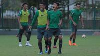 Pemain Timnas Indonesia U-23, Firza Andhika (kanan) saat berlatih di Lapangan ABC, Senayan,  (24/4/2018). Timnas mempersiapkan diri untuk mengikuti turnamen PSSI Anniversary 27 April-3 Mei 2018. (Bola.com/Nicklas Hanoatubun)