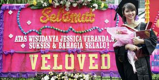 Jessica Veranda eks JKT48 menyelesaikan pendidikannya pada April 2017. Bahkan ia lulus dengan cum laude dari jurusan Desain Komunikasi Visual. (Foto: twitter.com/jcvrnd19)