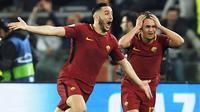 Bek AS Roma, Kostas Manolas, melakukan selebrasi usai mencetak gol ke gawang Barcelona pada laga leg kedua perempat final Liga Champions, di Stadion Olimpico, Selasa (10/4/2018). AS Roma menang 3-0 atas Barcelona. (AFP/Lluis Gene)