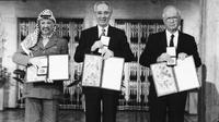 Pemimpin Palestina Yasser Arafat (kiri) dan PM Israel Yitzhak Rabin (tengah) serta Menteri Luar Negeri Israel Shimon Peres (kanan) saat menerima Nobel. (AP)