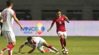 Pemain Timnas Indonesia U-23, Evan Dimas mengecoh pemain Suriah U-23 pada laga persahabatan di Stadion Wibawa Mukti, Bekasi, Rabu (16/11/2017). Indonesia kalah 2-3. (Bola.com/NIcklas Hanoatubun)