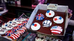 Sebuah toko Hummingbird Bakery menjajakan cupcakes edisi khusus menghormati pernikahan Pangeran Harry dan Meghan Markle di London, 11 Mei 2018. Pernikahan Harry dan Meghan akan digelar 19 Mei mendatang di Kapel St. George, Istana Windsor (AFP/Tolga AKMEN)