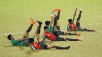 Pemain Timnas Indonesia U-19 saat latihan jelang laga persahabatan di Lapangan ABC Senayan, Jakarta, Kamis (22/3/2018). Indonesia akan berhadapan Timnas Jepang U-19. (Bola.com/Asprilla Dwi Adha)
