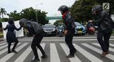 Aksi sejumlah mahasiswa dan mahasiswi saat mengampanyekan keselamatan berlalu lintas di Jakarta, Rabu (20/3). Aksi ini mengajak pengendara untuk tertib berlalu lintas dengan #SelamatDijalan. (merdeka.com/Imam Buhori)