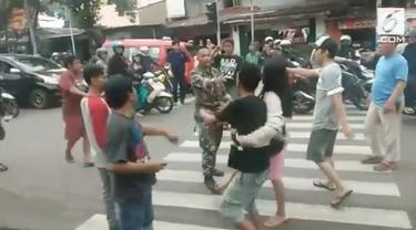 Seorang anggota TNI Angkatan Laut dikeroyok sejumlah juru parkir di kawasan Ciracas. Cekcok bermula saat anggota TNI menegur seorang juru parkir.