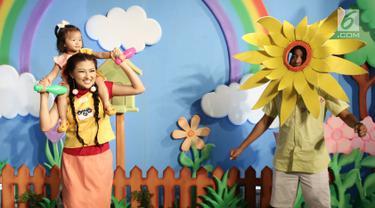 Pasangan selebriti Ruben Onsu dan Sarwendah Tan bersama anaknya Thalia Putri Onsu saat membuat video klip untuk lagu anak di kawasan Gatot Subroto, Jakarta, Senin (17/07). (Liputan6.com/Herman Zakharia)