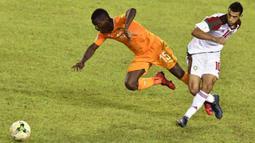 Gelandang Maroko, Younes Belhanda, berebut bola dengan gelandang Pantai Gading, Max Gradel, pada Kualifikasi Piala Dunia 2018 di Stadion Félix Houphouët-Boigny, Abidjan, Sabtu (11/11/2017). Pantai Gading kalah 0-2 dari Maroko. (AFP/Issouf Sanogo)